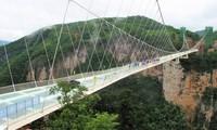Жуткие стеклянные мосты Китая