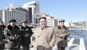 Ким Чен Ын всегда в окружении военных