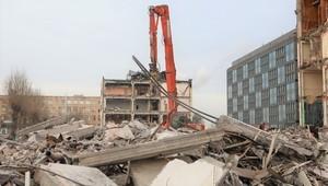 При сносе Буревестника часть здания улетела на пешеходную