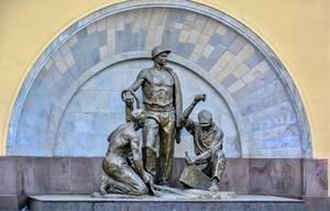 Памятник героям метростроевцам в Москве