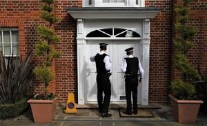 Всё чаще полицейские стучатся в дома беглых коррупционеров